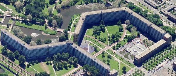 Bijlmermuseum met flats Gooioord en Groeneveen